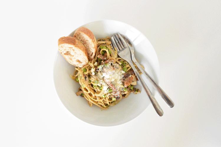 Spaghetti carbonara met kastanje champignons en tuinerwten