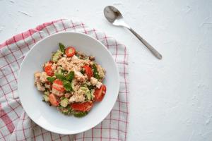 Couscous salade met linzen, gerookte kip en munt