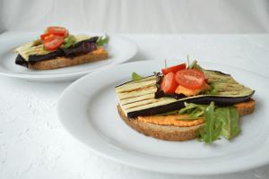 Geroosterd brood met hummus en gegrilde aubergine