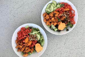 Kruidige salade met kip en hummus