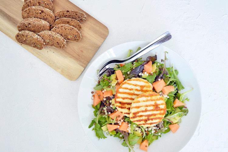 Halloumi salade met parelcouscous, linzen en meloen
