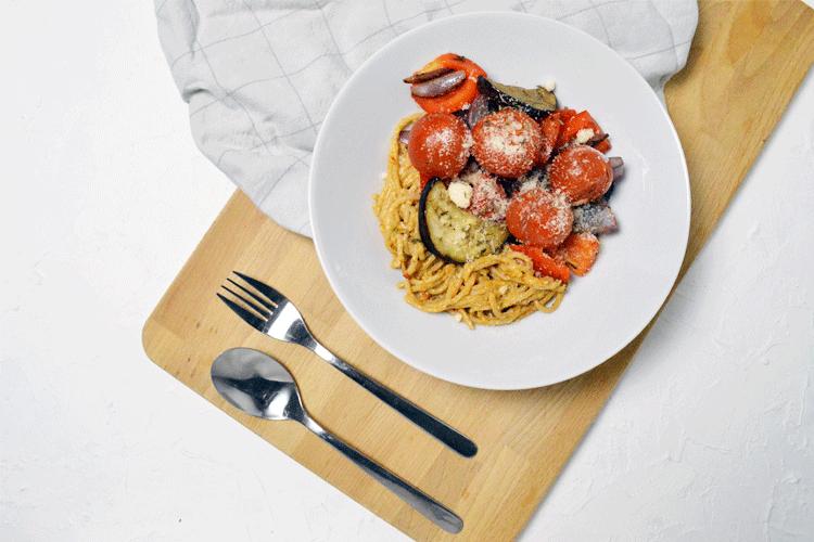 Vegetarische pasta pesto met gegrilde groente