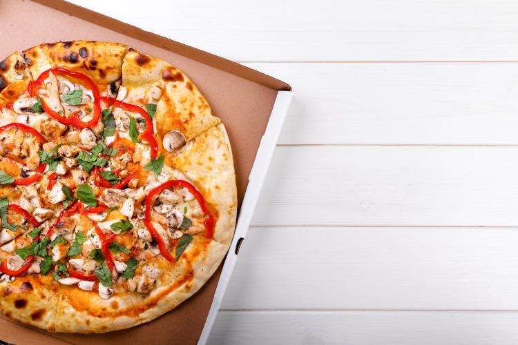 Waarom pizza een slechte overwerk maaltijd is