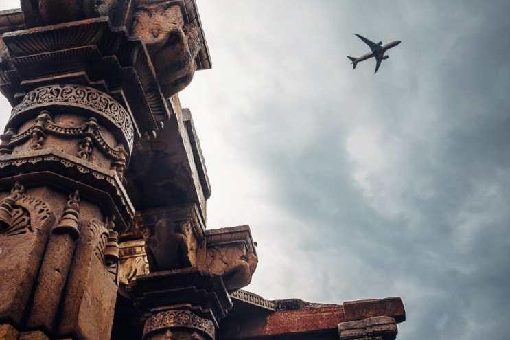 Air plane over Qutb Minar. Copyright: firsttrain / 123RF Stock Photo