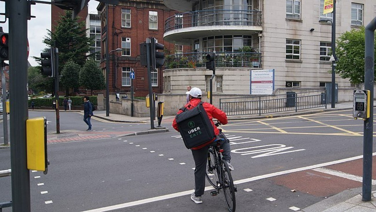 <em><strong>An UberEats cyclist in Leeds, United Kingdom. UberEats are among the online food delivery services under pressure in Punjab to ensure they meet hygiene standards. Image credit: Mtaylor848 [CC BY-SA 4.0 (https://creativecommons.org/licenses/by-sa/4.0)]</strong></em>