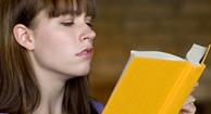 Mujer esfuerzo de leer debido a la hipermetropía