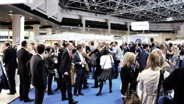 Am Nachmittag wurde das Symposium offiziell eröffnet, parallel mit der Industrieausstellung.