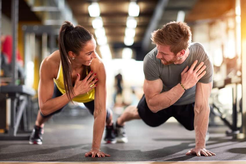Donna e uomo che si allenano
