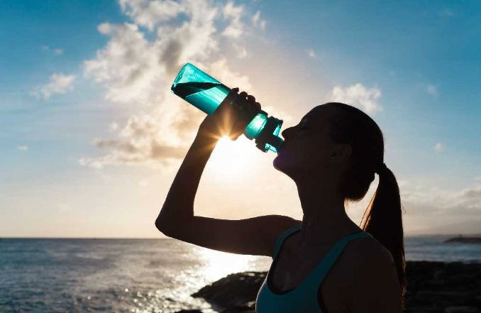 Stay Hydrated This Summer Doing This – Nutritionists' Recommendations