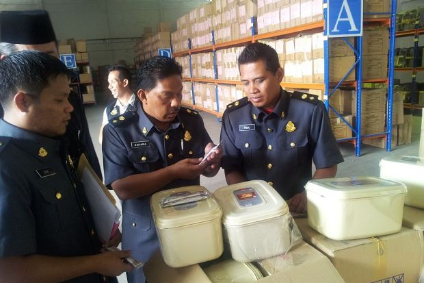Police checking out the fake tongkat ali coffee | Source: thestar.com.my