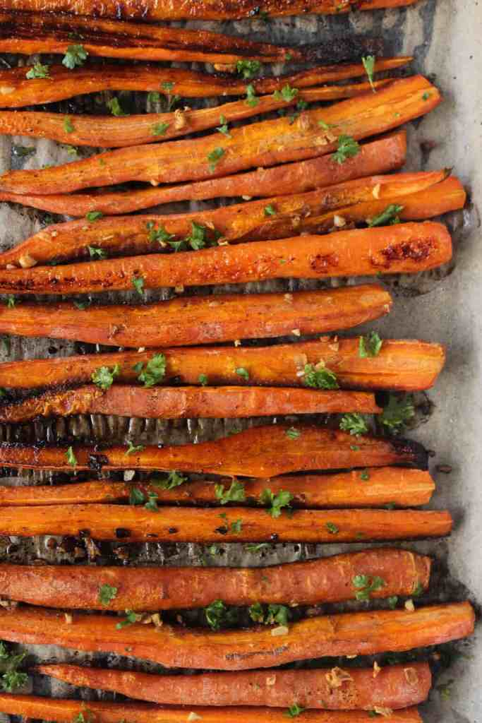 10 minutes is all it takes to prep these crispy balsamic roasted carrots! // healthy-liv.com