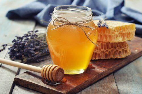 العسل يعتني بصحة البشرة