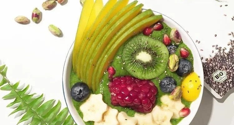 Green smoothie – bowl : banane, épinards et kiwis