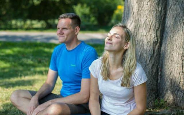 Jasmin und Patrick vorm Baum
