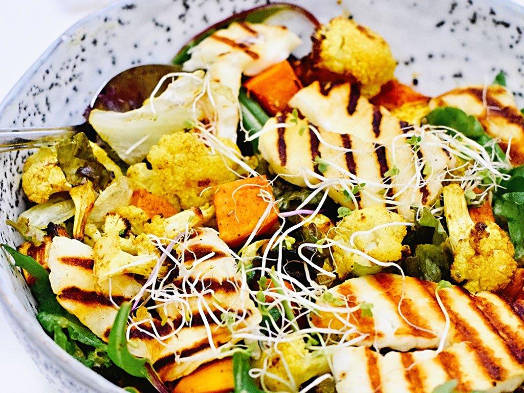 Halloumi en gegrilde bloemkool salade | Vegetarisch recept