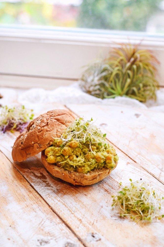 Gezond broodje met avocado kikkererwten salade | Lunch recept