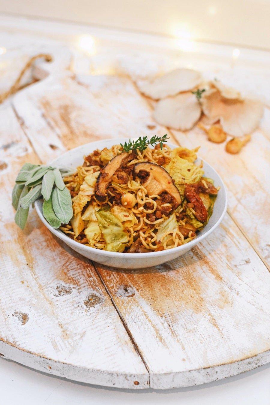Snelle noedels met groene kool en paddenstoelen | Vegetarisch noedels recept