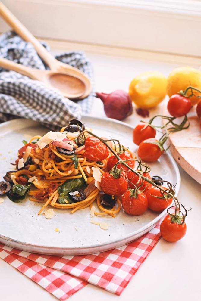 Volkoren spaghetti met geroosterde tomaatjes   Spaghetti puttanesca