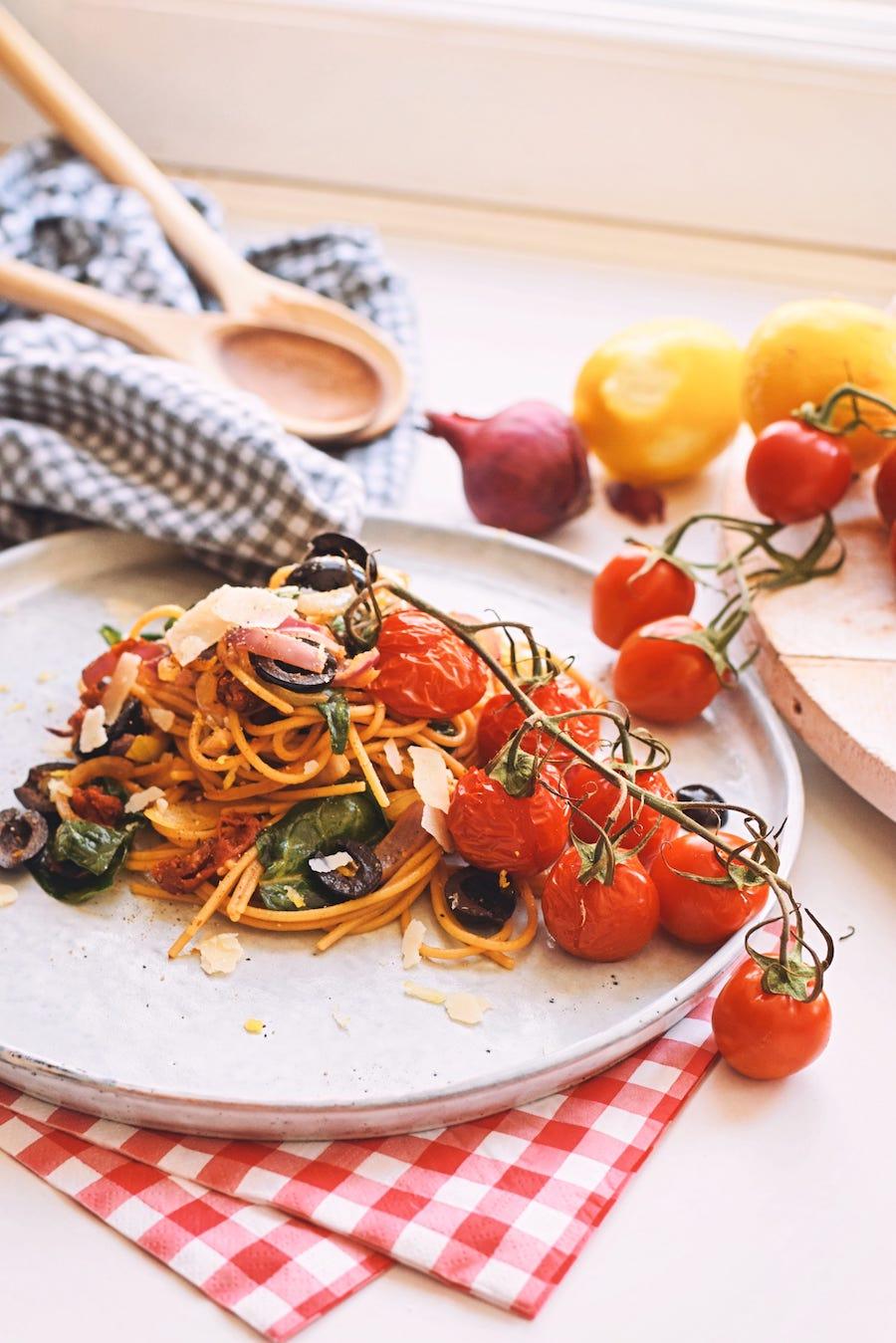 Volkoren spaghetti met geroosterde tomaatjes | Spaghetti puttanesca