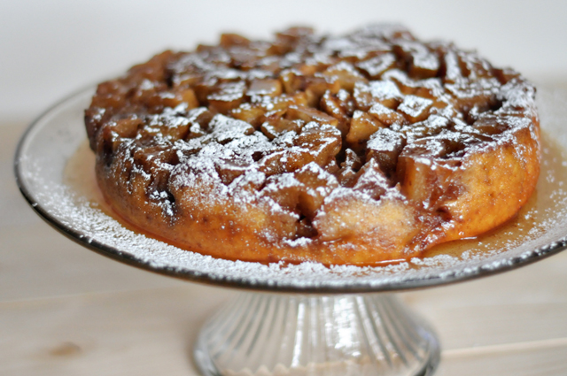 Applesauce Upside-Down Cake || HeathersDish.com #apples #baking #cakes