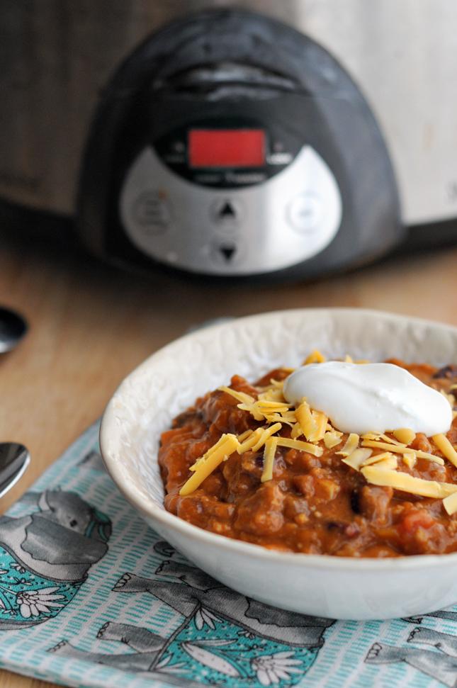 Sunday Slow Cooker Chili || www.HeathersDish.com