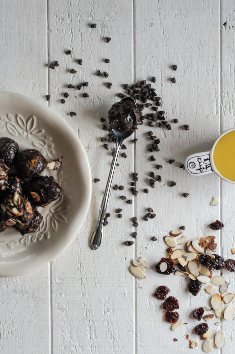 Granola-Stuffed Orange-Scented Dark Chocolate Truffles are a heavenly mixture of sweet and creamy chocolate and beautifully citrusy Florida Orange Juice. #sponsored @heathersdish @FLOJ