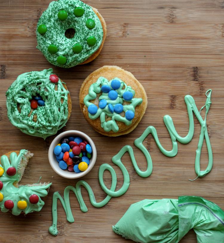 DIY Donut Wreaths & Winter Wonderland Globes #sponsored @heathersdish #ZiplocHolidayUAI