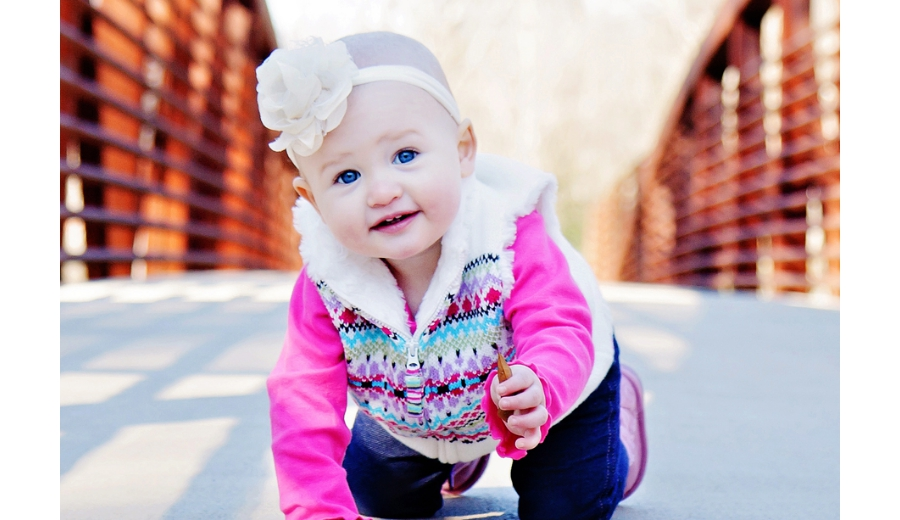 heather-fairley-denver-lifestyle-photography-crawling-bridge-leaf-children-family