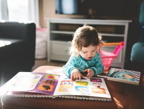 frühes Lesen hilft Kindern in der Entwicklung