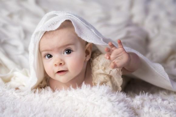 alfonsina feliz en su sesion de bebe en estudio