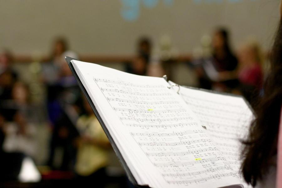 Choir+students+practice+%E2%80%9C%D0%A5%D0%B2%D0%B0%D0%BB%D0%B8%D1%82%D0%B5+%D0%98%D0%BC%D1%8F+%D0%93%D0%BE%D1%81%D0%BF%D0%BE%D0%B4%D0%B0+%28Praise+the+Name+of+the+Lord%29%22+during+their+block+lunch+rehearsal.+Forester+said+she+chose+multilingual+songs+to+showcase+the+diversity+of+Hebron.