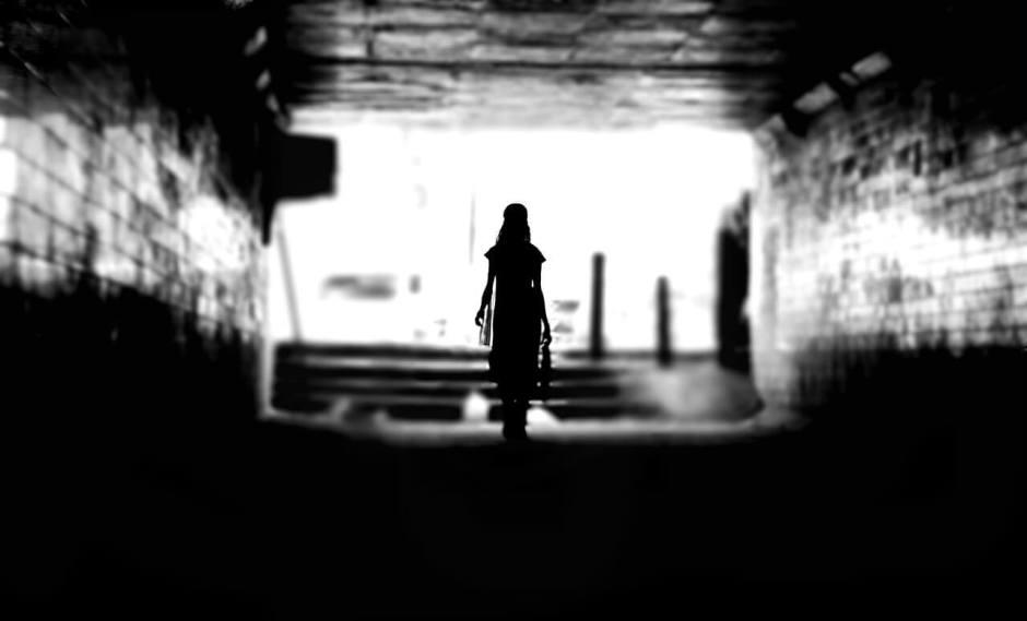 kadın-karanlık-gölge-silüet-siyah-beyaz