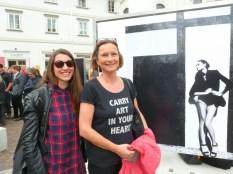 Eva Maria Guggenberger mit LR Bettina Vollath vor ihrem Bild (Foto Hedi Grager)