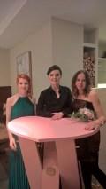 Herzerltisch-Designerin Birgit Kumpusch, Eva Poleschinski und Rosemarie Hofer (Foto Helmut Pratl)