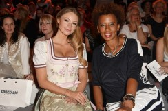 Jana Julie Kilka und Arabella Kiesbauer bei der SPORTALM Fashion Show (Photo by Matthias Nareyek/Getty Images)