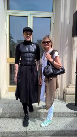 Journalistin Hedi Grager mit Designer Thomas Hanisch auf der Show von Marina Hoermanseder in Berlin.
