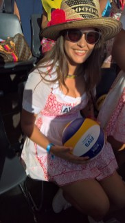 Beachtvolleyball WM 2017 in Wien. Beachvolleyball-Girl in Dirndl by Theresa Schöffel (Foto Hedi Grager)