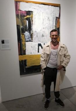 Alessandro Painsi vor seinem Bild in The Simons Gallery auf der Art Miami (Foto Hedi Grager)