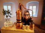 Auch Herausgeberin von www.hedigrager.com hatte Spaß beim Kreieren neuer Gin-Produkte bei Wolfgang Thoman: Aeijst-Brennerei im steirischen St. Nikolai im Sausal (Foto Hedi Grager)