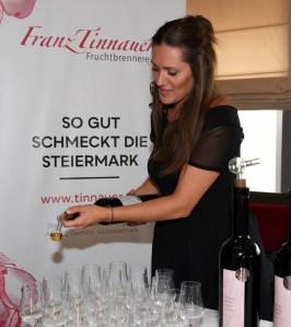 Monika Tinnauer präsentiert die Edeldestillate der Fruchtbrennerei Franz Tinnauer (Foto Tinnauer)