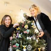 Den Geschenkanhänger Gerti gibt es auch bei SCHULLINs Geschenke. Designerin Monika Legenstein-Gaisbacher und Annemarie Schullin-Legenstein. (Foto Jorj Konstantinov)
