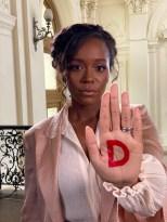 Unter dem Hashtag #westandup rief L'Oréal Paris zum Weltfrauentag am 8. März dazu auf, die Message mit einem D in der Handinnenfläche auf den eigenen Social Media Kanälen zu teilen. Auch Schauspielerin Aja Naomi King machte mit. (Foto L'Oréal Paris)
