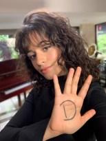Unter dem Hashtag #westandup rief L'Oréal Paris zum Weltfrauentag am 8. März dazu auf, die Message mit einem D in der Handinnenfläche auf den eigenen Social Media Kanälen zu teilen. Auch Sängerin Camila Cabello machte mit. (Foto L'Oréal Paris)