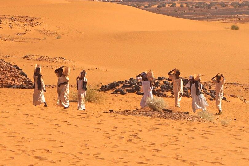 Soudan - Ouvriers pour la restauration des pyramides de Méroé