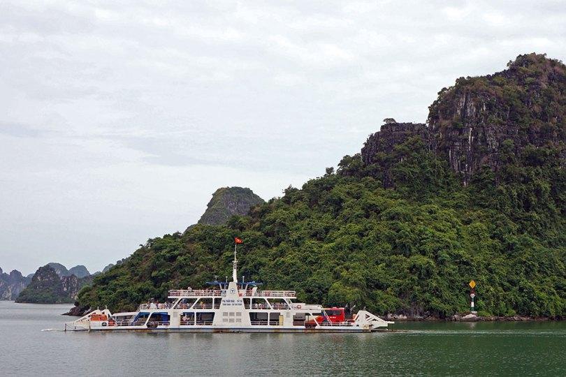 Baie de Ha Long - Bac entre Tuan Chau et Gia Luan (Cat Ba)