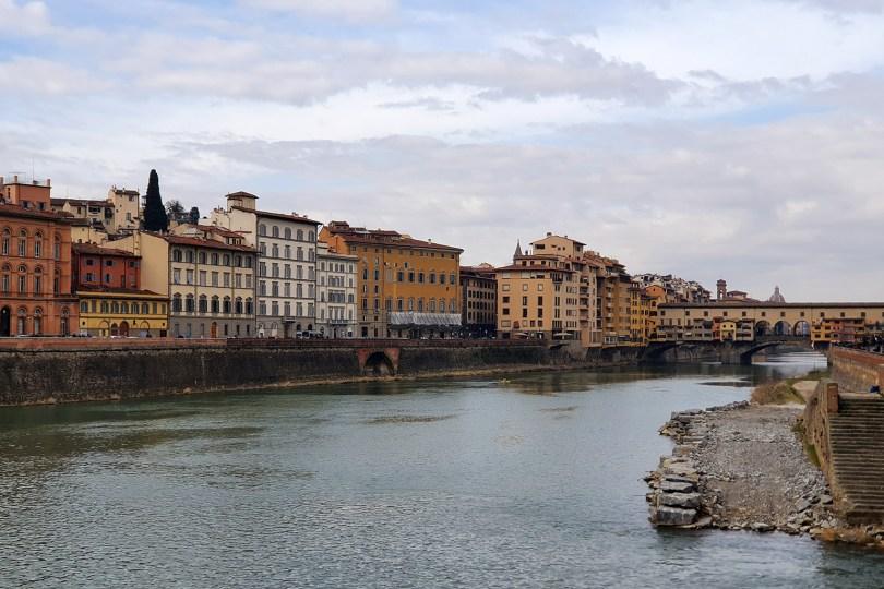 Florence : L'Arno, la rive gauche et le ponte Vecchio vu du Ponte alle Grazie