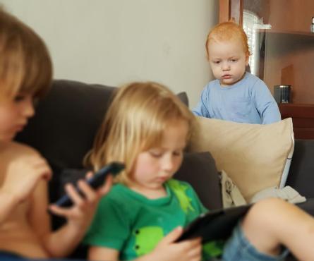 дети увлечены смартфонами