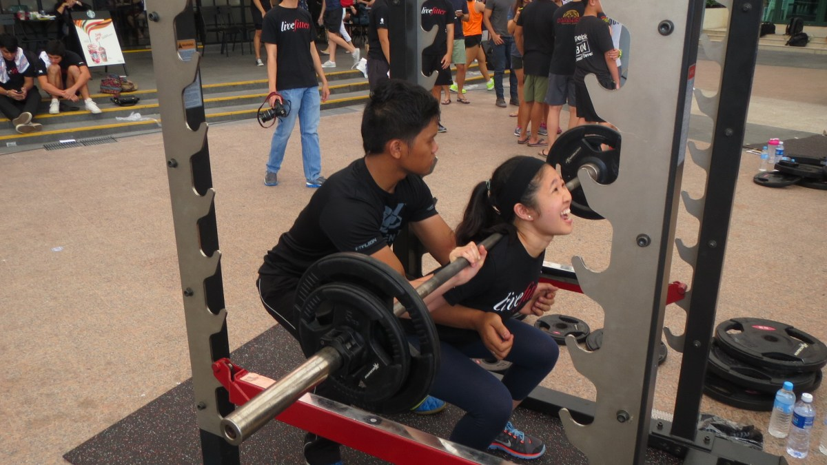 Singapore Squat Challange 2014 getting more popular with the ladies!