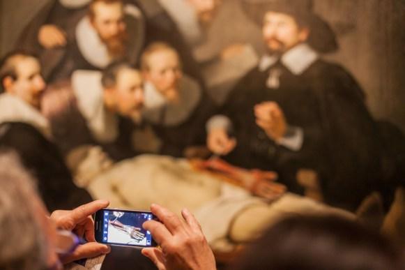 den Haag: In het Mauritshuis in den Haag hangt de anatomieles van Rembrandt. Ik heb gekozen om niet alleen het schilderij op de foto te zetten, maar ook de mobiele telefoon.