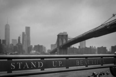 New York: het weer was niet zoals we gehoopt hadden. Grijze grauwe luchten zorgen dat de overkant bijna niet te zien was. Neem in dat geval iets op de voorgrond om toch de diepte in je foto te krijgen.